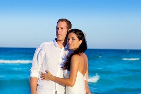 luna de miel: dos en un abrazo de amor en vacaciones en el mar azul en Espa�a Foto de archivo