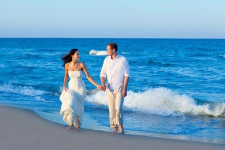 luna de miel: Pareja caminando en el Mediterr�neo orilla de la playa azul