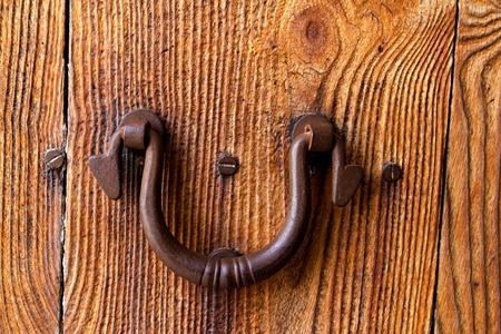 door bolt: Ibiza tradicionales manejar oxidada puerta de hierro de madera desgastada