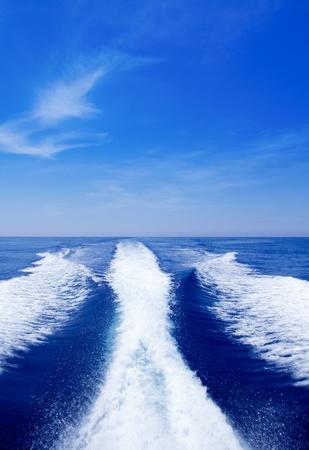 despertarse: Tras sostener barco lavar en el mar oc�ano azul en d�a soleado Foto de archivo