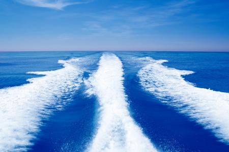 despertarse: Barco tras prop lavado en el mar oc�ano azul en d�a soleado