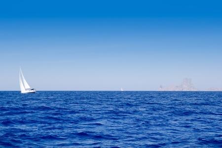 paisaje mediterraneo: Ibiza Es Vedra y velero en el mar azul del Mediterr�neo