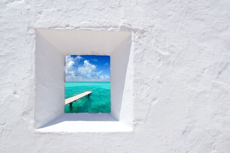 Ibiza mediterrane witte muur venster met uitzicht op het strand Formentera