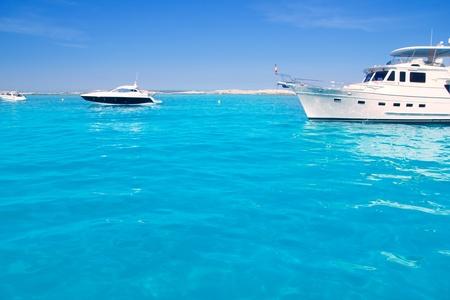 paisaje mediterraneo: Lujo yate en la playa de color turquesa de Illetes de Formentera Foto de archivo