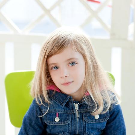little models: ojos azules chica chico retrato sentarse al aire libre en el sill�n verde
