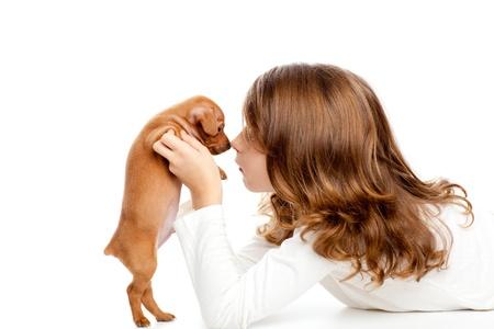 kinderen: Brunette profiel meisje met hond puppy mascotte mini pinscher op een witte achtergrond