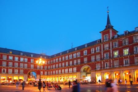 Madrid, les lumières Plaza Mayor de nuit typiques carrés en Espagne