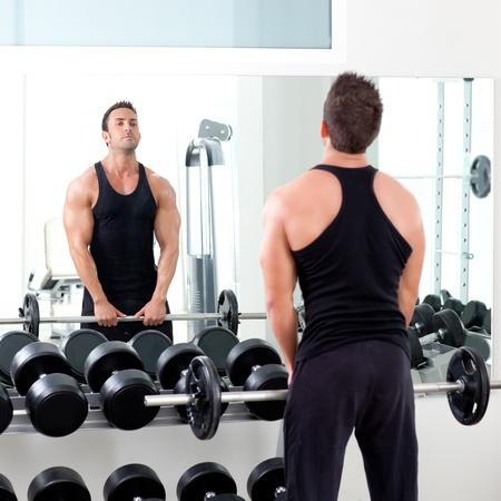 uomo con attrezzature allenamento con i pesi con manubri su sport palestra Archivio Fotografico
