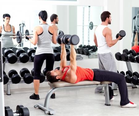 groep mensen in de sport fitness krachttraining apparatuur binnen Stockfoto
