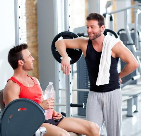 muskelaufbau: zwei M�nner auf einem Sport-Fitness-Studio nach dem Fitness-Sport entspannt