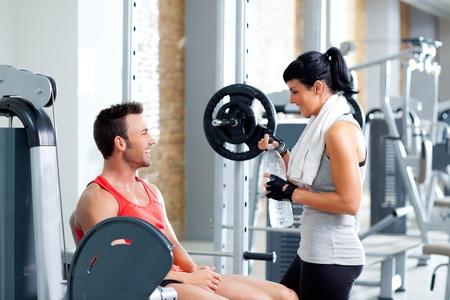 aide � la personne: amis de l'homme et la femme sur le sport salle de fitness d�tendu Banque d'images