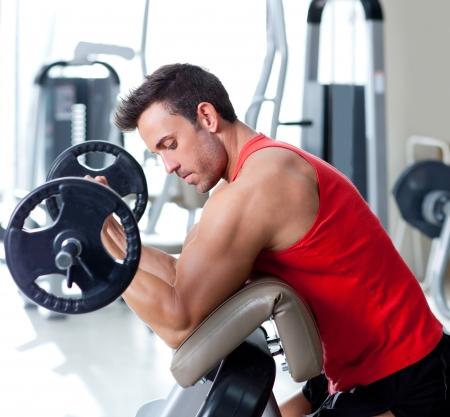 levantando pesas: hombre con equipos de entrenamiento con pesas en el deporte gimnasio club
