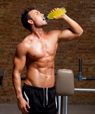 culturista: el hombre m�sculo en forma en el gimnasio relajada beber bebida energ�tica Foto de archivo
