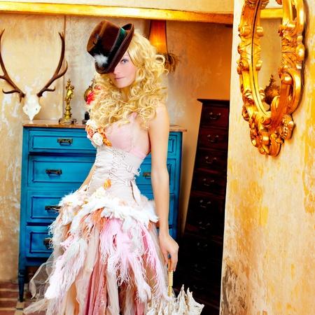 mode femme blonde vintage grunge maison baroque avec parapluie