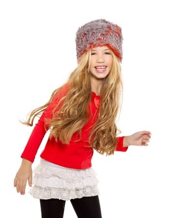 Kindermädchen-Wintertanz mit rotem Hemd und Pelzmütze auf weißem Hintergrund