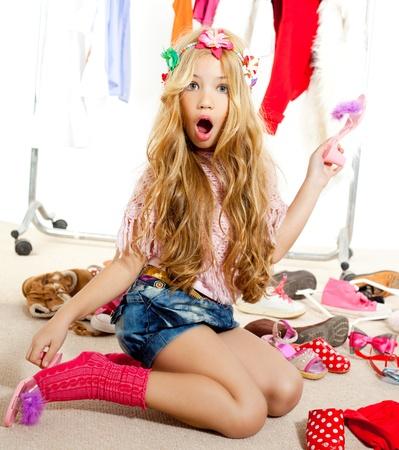 ni�o modelo: v�ctima de la moda chico chica desordenada, como modelo de armario de detr�s del escenario