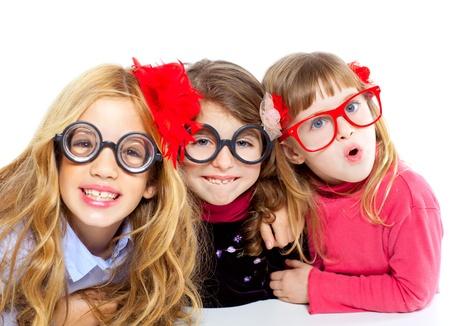 ni�os rubios: nerd de los ni�os grupo de chicas con gafas y expresi�n divertida