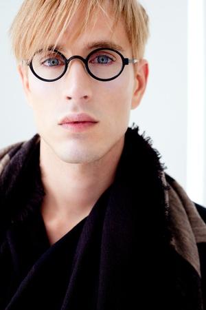 handsome student: rubia hombre moderno estudiante guapo con gafas nerd retrato