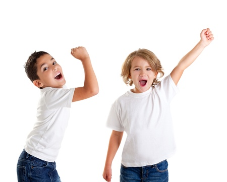 ni�os rubios: ni�os, ni�os, emocionados gritando feliz y ganador de la expresi�n de gesto en blanco Foto de archivo