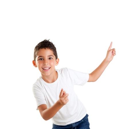 ni�o modelo: bailando ni�o feliz, ni�os, ni�o, con los dedos hacia arriba aislados en blanco Foto de archivo
