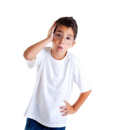 7b565c48cfc8ae  12382368 - Kinderen nerd jongen jongen met een bril en dom expressie  geïsoleerd op wit