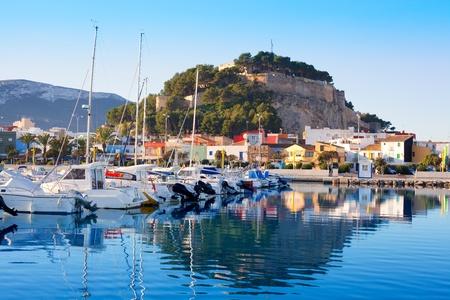 Denia mediterráneo puerto del pueblo con el castillo de montaña y el agua azul del mar