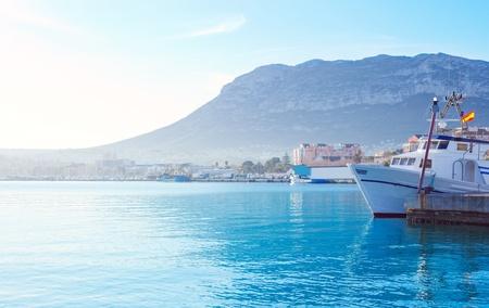 Denia puerto mediterráneo pueblo con Mongo montaña y agua azul del mar Foto de archivo