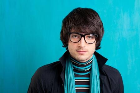 geek: Nerd look retro indie británico con el pañuelo y gafas de época