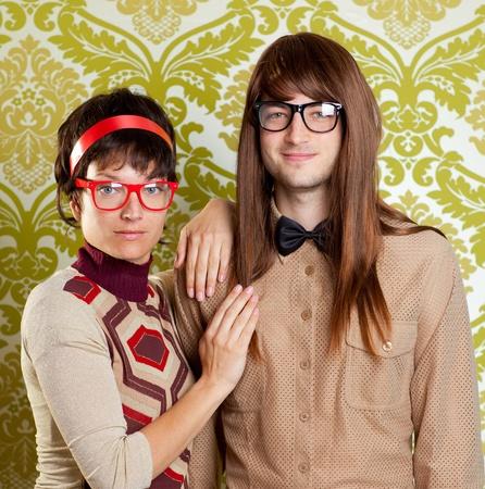 geek: Humor, gracioso, tonto par empollón en el fondo retro del empapelado