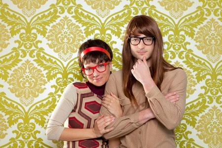 mujer hippie: Humor, gracioso, tonto par empoll�n en el fondo retro del empapelado