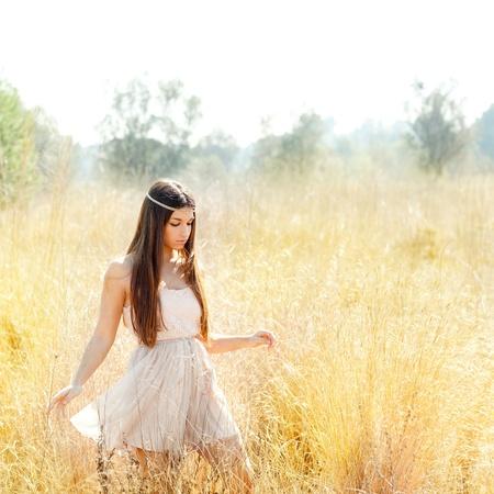 flores secas: Asia mujer ind�gena caminando en campo de oro hierba seca