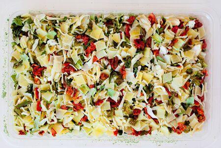 dried vegetables: deshidratados vegetales secos de zanahoria sopa de cebolla tomate pimiento Foto de archivo