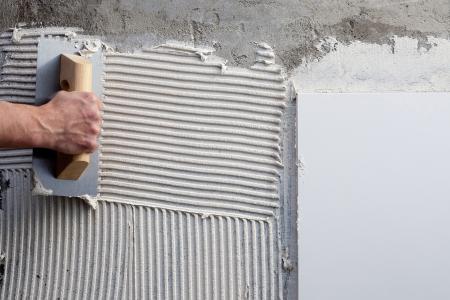 vijzel: bouw lijmkam met wit cement mortel voor tegels werk