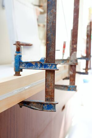 resistol: Carpintero de los tornillos de sujeción de herramientas urgentes listones de madera ang cola blanca Foto de archivo