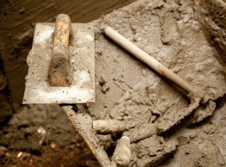 mortero: de mortero de cemento sucio herramientas de grunge como una espátula llana y una azada