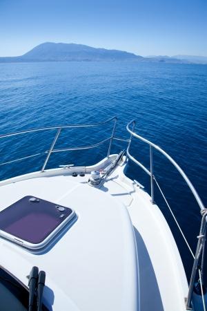 deportes nauticos: barco de vela en el mar Mediterr�neo con el Denia Mongo monta�a
