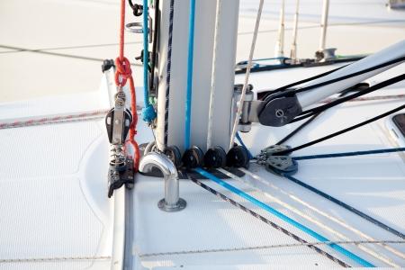 carrucole: Particolare del fondo albero barca a vela con funi e carrucole