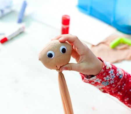 trabajo manual: los niños obras de arte de la cara con las semillas que crecerán como el pelo de la hierba