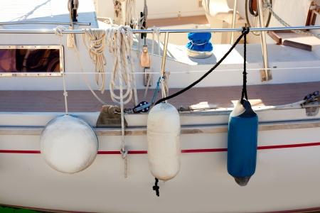 poleas: guardabarros del lado de las boyas velero con cuerdas y poleas