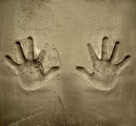 ambos: las dos manos de impresi�n en la pared de mortero de cemento con alivio la sombra Foto de archivo