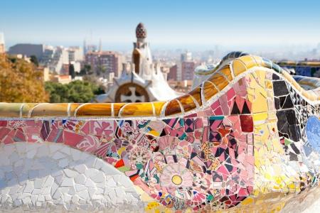 barcelone: Barcelone Parc Guell de Gaudi mosa�que modernisme tuiles banc serpentine
