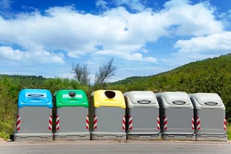 Ecologic los contenedores de basura selectiva de colores para un concepto de planeta verde Foto de archivo