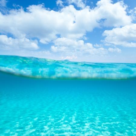 linea de flotaci�n: Belearic islas turquesa del mar bajo otra vez en la playa tropical por l�nea de flotaci�n