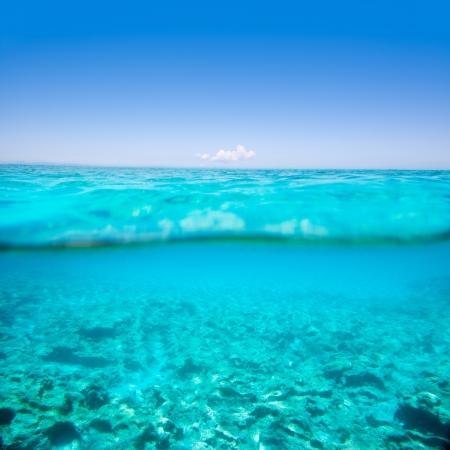linea de flotaci�n: Belearic islas color turquesa del mar bajo sobre en la playa tropical con l�nea de flotaci�n Foto de archivo