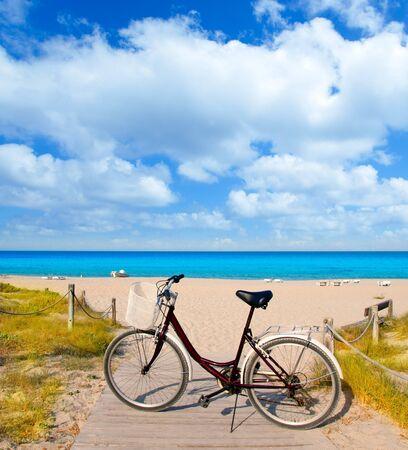 tanga: Biciclette in formentera spiaggia sulle isole Baleari in Medio Levante Tanga Archivio Fotografico