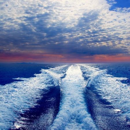 despertarse: Mar azul con ra�z de lavado prop y la isla de Ibiza en el horizonte en el amanecer