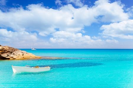 Es Calo de San Agusti met boot op eiland Formentera turquoise Middellandse Zee Stockfoto