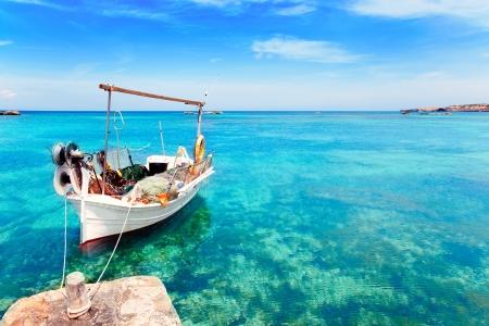 Els Pujols Strand in Formentera mit traditionellen Fischerboot im Sommer Tag