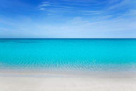 Strand tropisch mit weißem Sand und türkisfarbenem Wasser unter blauem Himmel