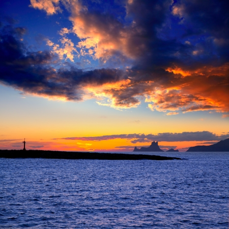 es: Ibiza island sunset with Es Vedra in background and Gastabi islet of Formentera
